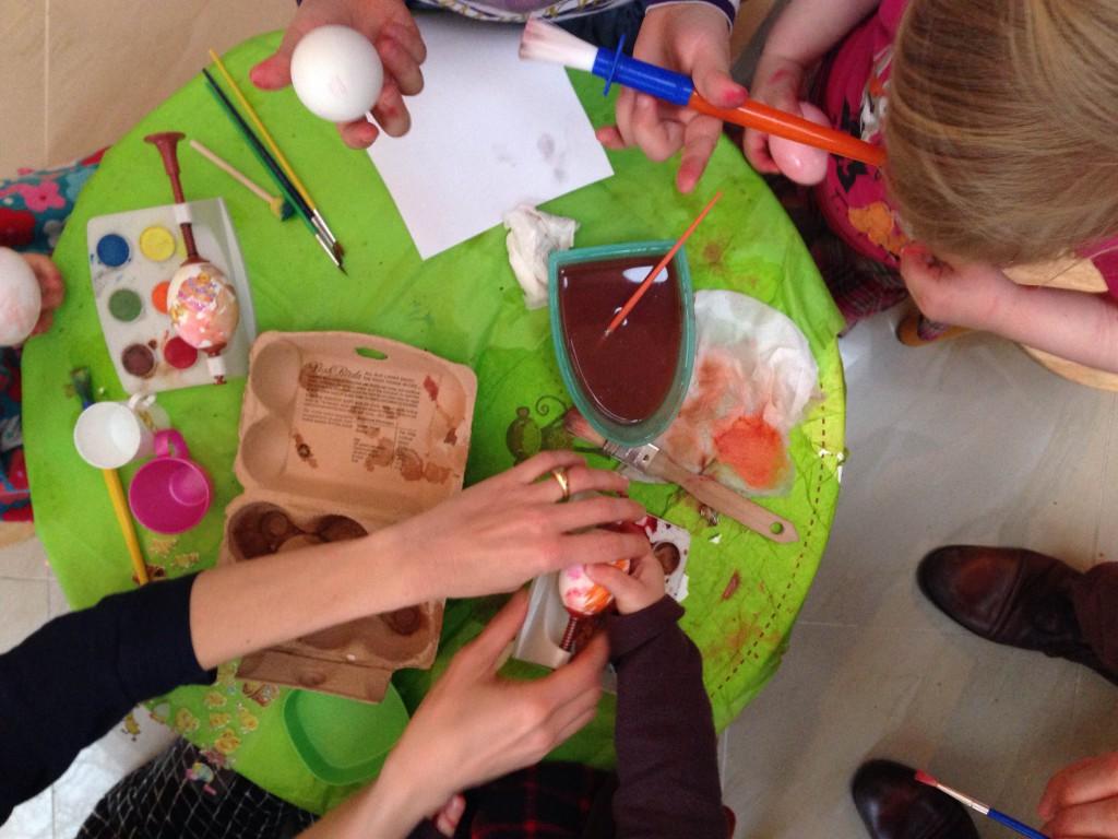 Basteln mit Kindern, Ostereierbemalen, Ostereier färben