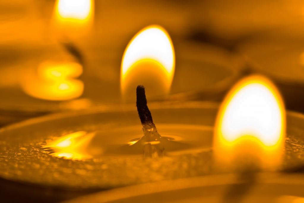 Ein entzündetes Teelicht für ein verstorbenes Mädchen