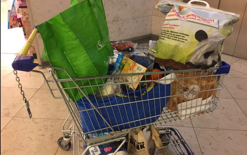 Trolley mit Lebensmitteln in London