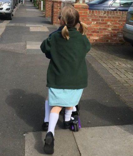 Das erste Schuljahr in London - Kinder in Schuluniform