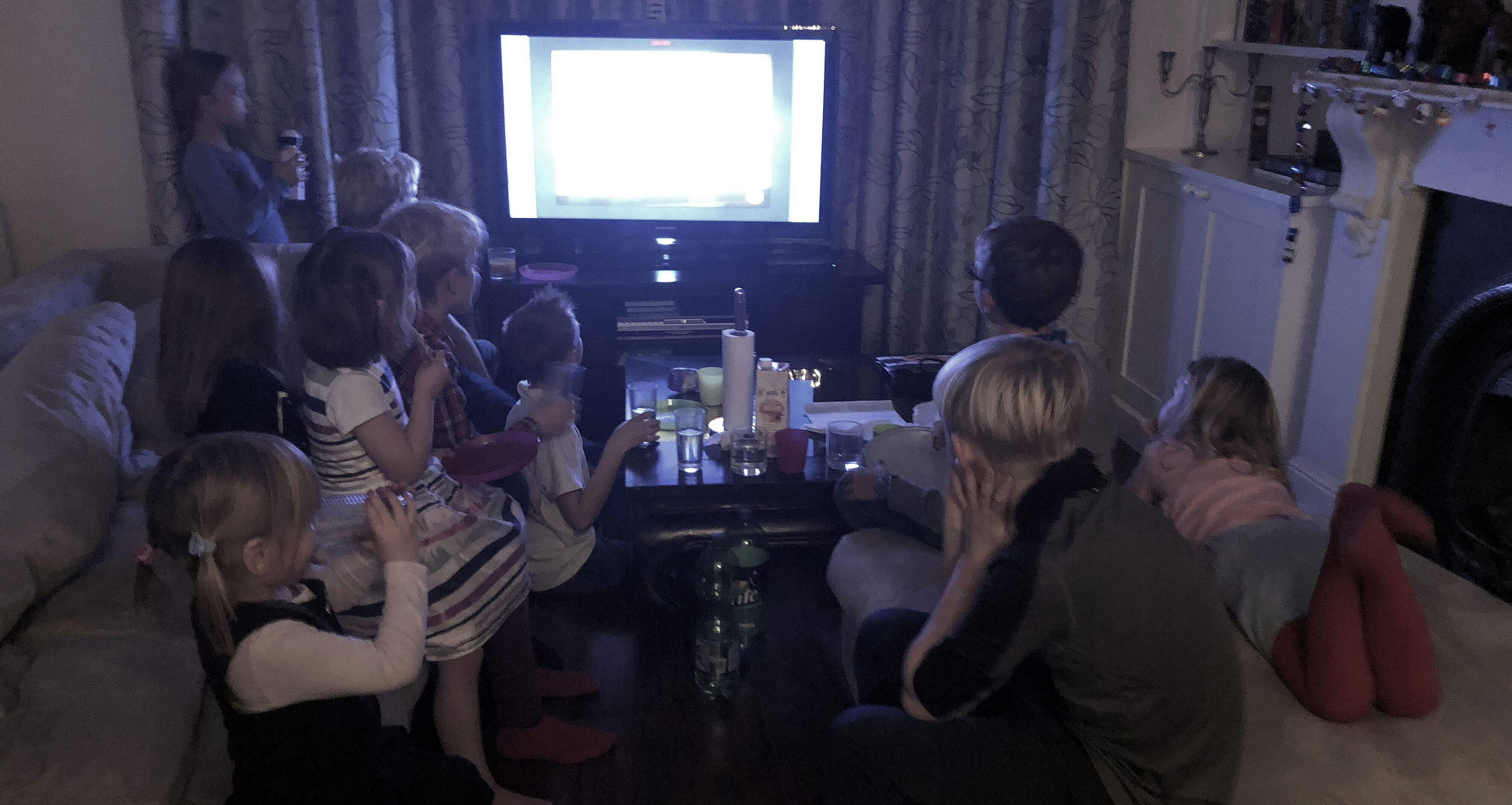 Kinder schauen DVD beim Feuerzangenbowlenabend