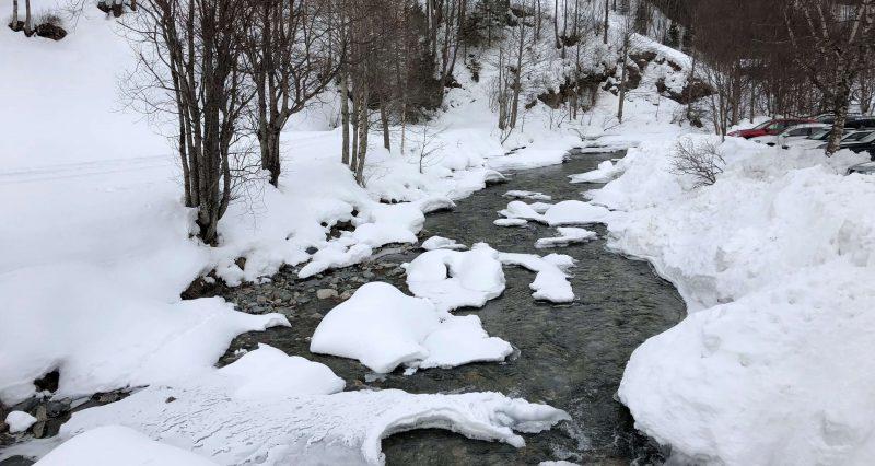 schneebedeckter bach in heiligenblut
