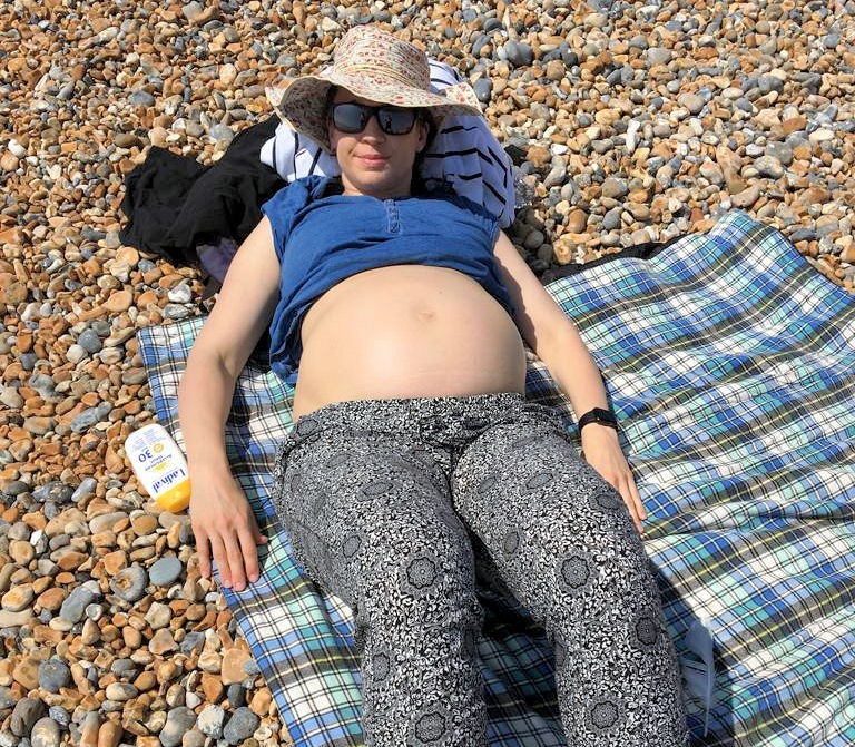 Uta Leyke am Strand in Brighton